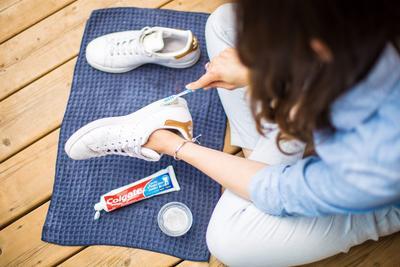 Mau Membersihkan Sepatu Tapi Malah Enggak Bersih dan Rusak? Mungkin Kamu Belum Coba Trik yang Satu Ini
