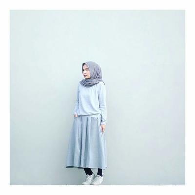 Simpel dan Nyaman, Inspirasi Fashion Hijab Rok dengan Sepatu Sneakers Ini Wajib Banget Kamu Coba