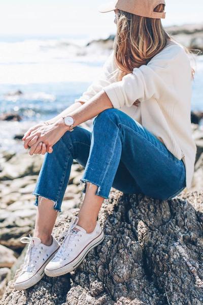Slit up Jeans atau Uneven Hem Jeans
