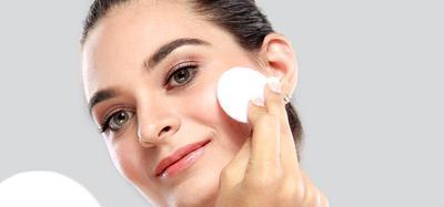 Biar Hasilnya Tak Belang, Ini 4 Tips Memilih Warna Bedak Agar Sesuai dengan Kulit Wajah Kamu