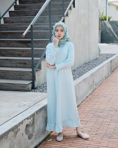 Lagi Populer, Model Dress Seperti Ini Cocok Banget Dipakai Hijabers Remaja untuk Hangout Lho