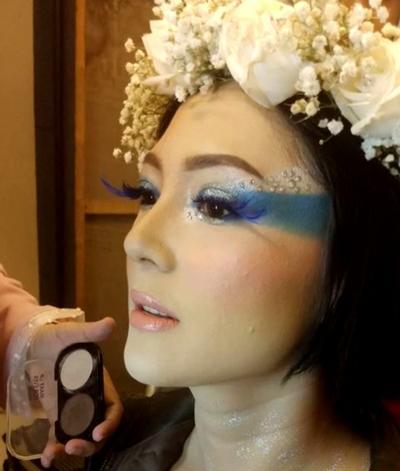 Terbiasa Tampil Nyentrik, Begini Penampilan Poppy Sovia yang Mengejutkan di Hari Pernikahannya!