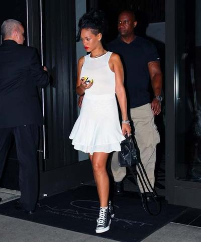 White Dress dengan Sneakers