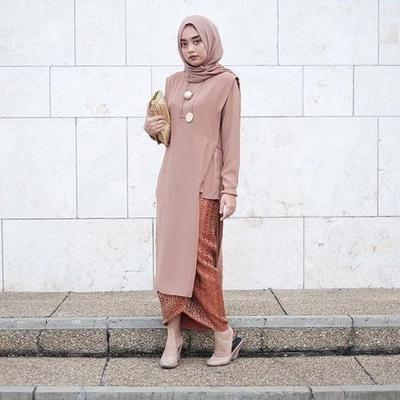 Kain Batik dengan Busana Tunik