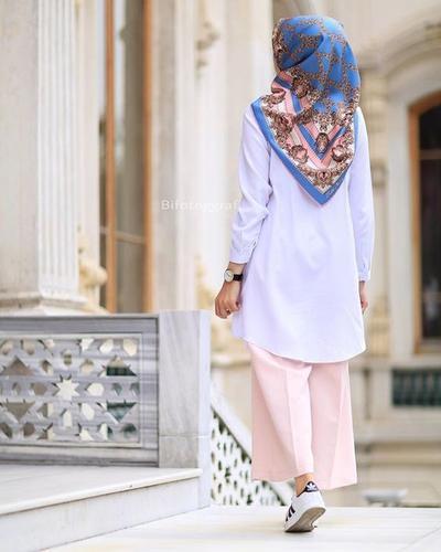 Padukan Tunik dan Kulot Bersama dengan Hijab Motif dan Sneakers!