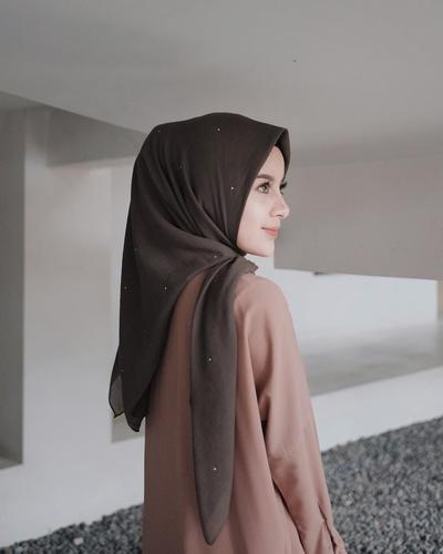 Ini Dia Gaya Hijab Pastel Ala Aghnia Punjabi dan Hamidah Rachmayanti! Lebih Asik Mana?