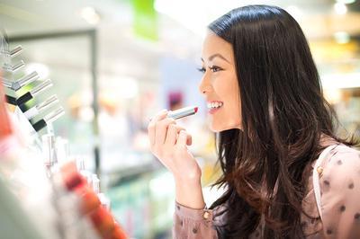 Hati-hati Ladies, Ternyata Inilah Fakta Buruk Dibalik Aktivitas Mencoba Tester Makeup!