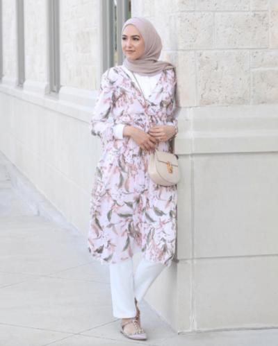 Tips 1: Floral Tunik dan Tailored Pants