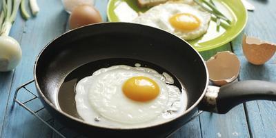 Menggoreng Telur dalam Wajan yang Belum Panas