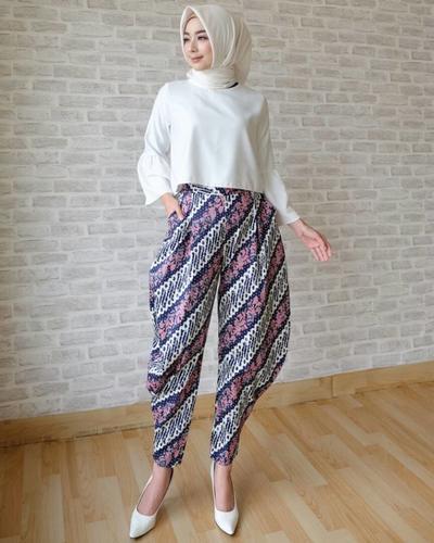 Celana Batik dengan Atasan Blouse