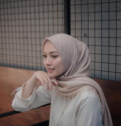 Intip Trik Pintar Menjaga Bentuk Tatanan Hijab Tetap Rapi Meskipun Kamu Seharian Beraktivitas!
