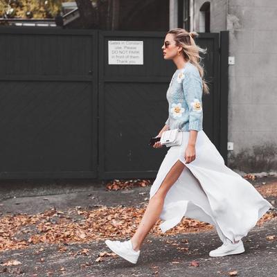 Style Feminin Juga Bisa Pakai Sneakers Lho, Intip Inspirasinya di Sini!