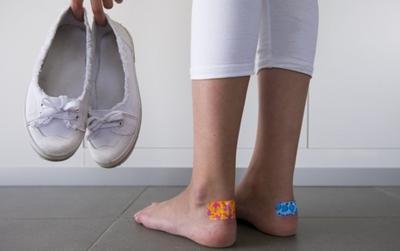 Sebal dengan Luka Lecet Saat Memakai Flat Shoes? Yuk, Cegah dengan 4 Tips Ini, Ladies!