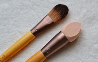 Kelebihan dan Kekurangan Memakai Foundation dengan Brush, Jari, dan Sponge
