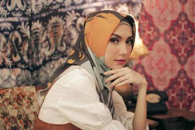 Tidak Ketinggalan, Para Artis Berhijab Ini Juga Turut Membuka Bisnis Hijab Printed Scarf
