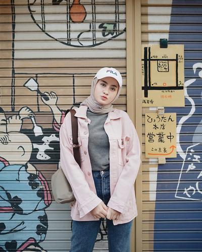 Dari Sporty Hingga Feminine, Tips Memadukan Gaya Hijab dengan Topi Ini Bisa Kamu Contek