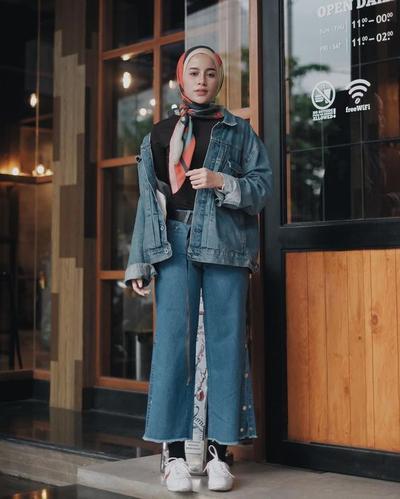 Tampil Modis Dengan Style Hijab Casual Ini Padu Padan Jaket Jeans