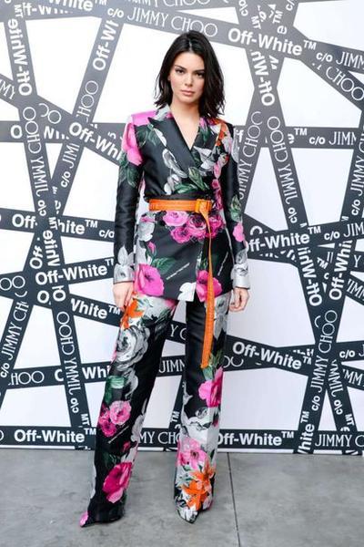 Tampil Feminim dengan pants blazer floral suit