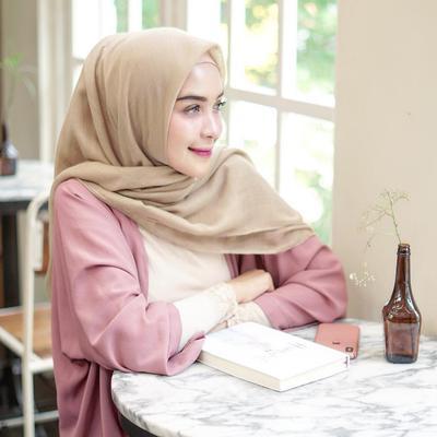 Hijabers, Ini Dia Pilihan Warna Kerudung Cerah yang Tak Bikin Wajah Terlihat Dekil