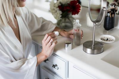 Mitos: Semua produk skin care yang diaplikasikan ke wajah akan meresap ke dalam kulit