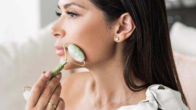 Jade Roller : Tren Perawatan Kecantikan dan Kesehatan Kulit Wajah dengan Facial Batu Giok