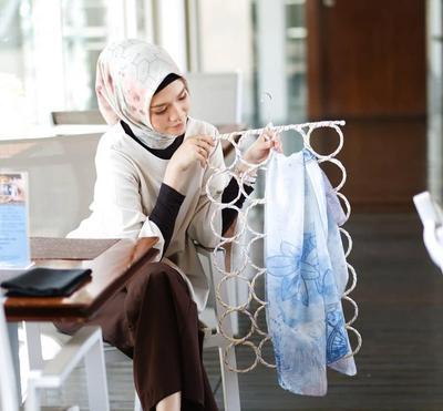 Hijab Motif Lagi Kekinian Lho! Intip Inspirasi Mix and Matchnya dari Hijabers Lidya Praditta Ini!