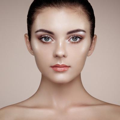 Aplikasikan Highlighter untuk Kesan Glamour