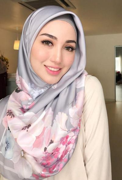 Nah, Ini Dia Cara Mengakali Pemakaian Hijab Satin Agar Nyaman Dipakai dan Tidak Licin