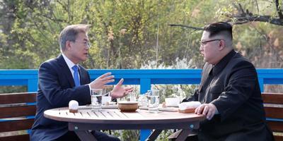 3 Kejadian Menarik Saat Pertemuan Hangat Antara Pemimpin Negara Korea