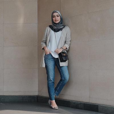 Enggak Pakai Ribet, Inspirasi Style Hijab Ke Kampus dengan Hijab Voal Ala Mega Iskanti Ini Bikin Modis!