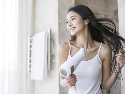 Duh, 5 Kesalahan Ini Sering Dilakukan Saat Memakai Hair Dryer!