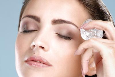 4. Cara Menghilangkan Kantung Mata dengan Es Batu