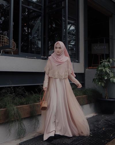 Anggun dengan Gaya Sederhana, Baju Kondangan Style Syar'i Ini Bisa untuk Kamu Coba