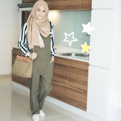 Tips dan Inspirasi Padu Padan Gaya Hijab Menutup Dada dengan Celana Ala Alyssa Soebandono