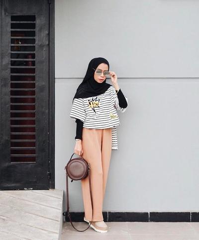 Jangan Dulu Dibuang, Baju Lengan Pendek Juga Masih Bisa Dipakai Untuk Hijabers Lho!