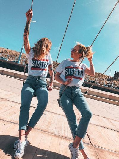 Ide Style Fashion Couple dengan Saudara Perempuan yang Cocok untuk Gaya Casual