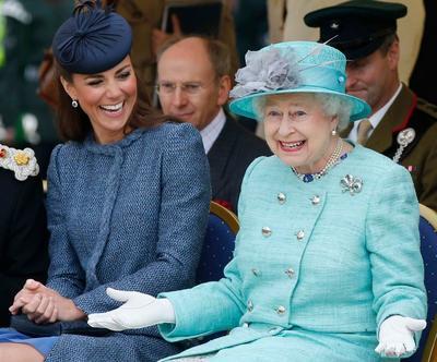 Intip Fakta-Fakta Dress para Royal Family, Enggak Seseram yang Kamu Sangka, Kok!