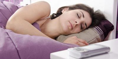 Tidak Disangka, Ini Dia Bahaya Tidur dengan Hp Dicharger di Kasur!