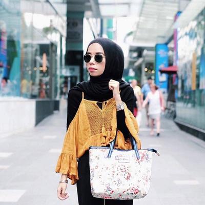 Hijabers Tetap Bisa Cantik dengan Off Shoulder Top, Ikutin Tips Berikut Ini yuk!