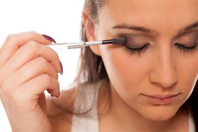 Ternyata, Ini Lho 5 Kesalahan Memakai Eyeshadow yang Sering Dilakukan Wanita!