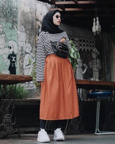Padukan dengan Midi Skirt
