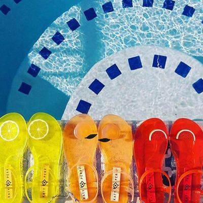 #NEWS Brand Milik Katy Perry Ini Punya Koleksi Sandal Aroma Buah yang Bisa Bikin Tampilan Kamu jadi Ceria!