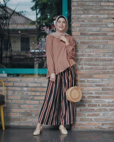 Mau Tampil Fashionable Begini Mix And Match Celana Motif Garis