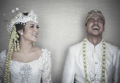 Enggak Melulu Gaun Modern, 6 Artis Ini Pilih Menikah dengan Baju Adat!
