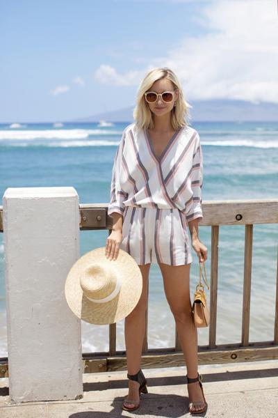 Enggak Hanya Bikini, Kamu Juga Bisa Menggenakan Outfit Ini Saat Ke Pantai, Ladies!