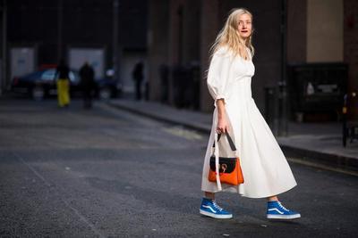Ingin Memadukan Dress Dan Sneakers? Intip Inspirasi Gaya Seru Ini Yuk!