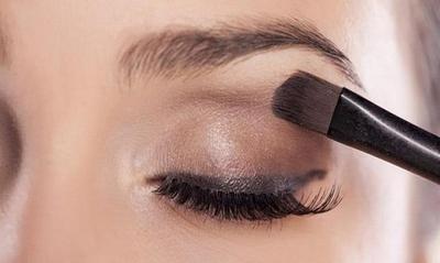 Membasahi Kuas Eyeshadow