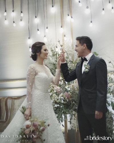 Yuk, Intip Megahnya Gaun Pernikahan Mewah yang Dipakai 4 Selebriti Indonesia Ini