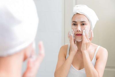 Pilih Facial Wash Bentuk Foam, Gel, Cleansing Balm, atau Water? Kenali Pebedaannya Dulu di Sini!