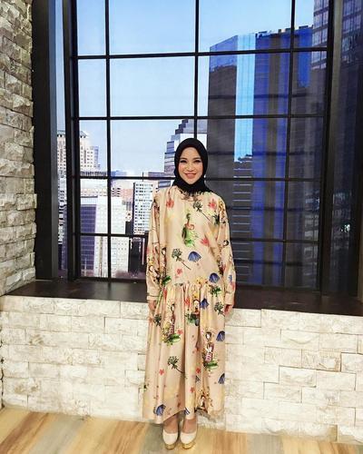 Full Pattern Dress dengan Hijab Hitam